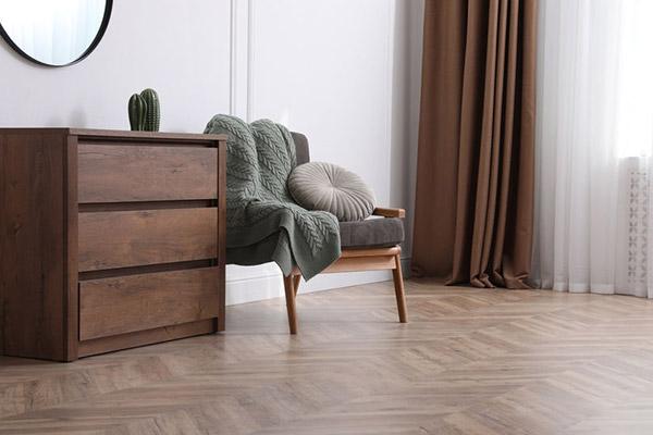 what causes vinyl flooring to buckle